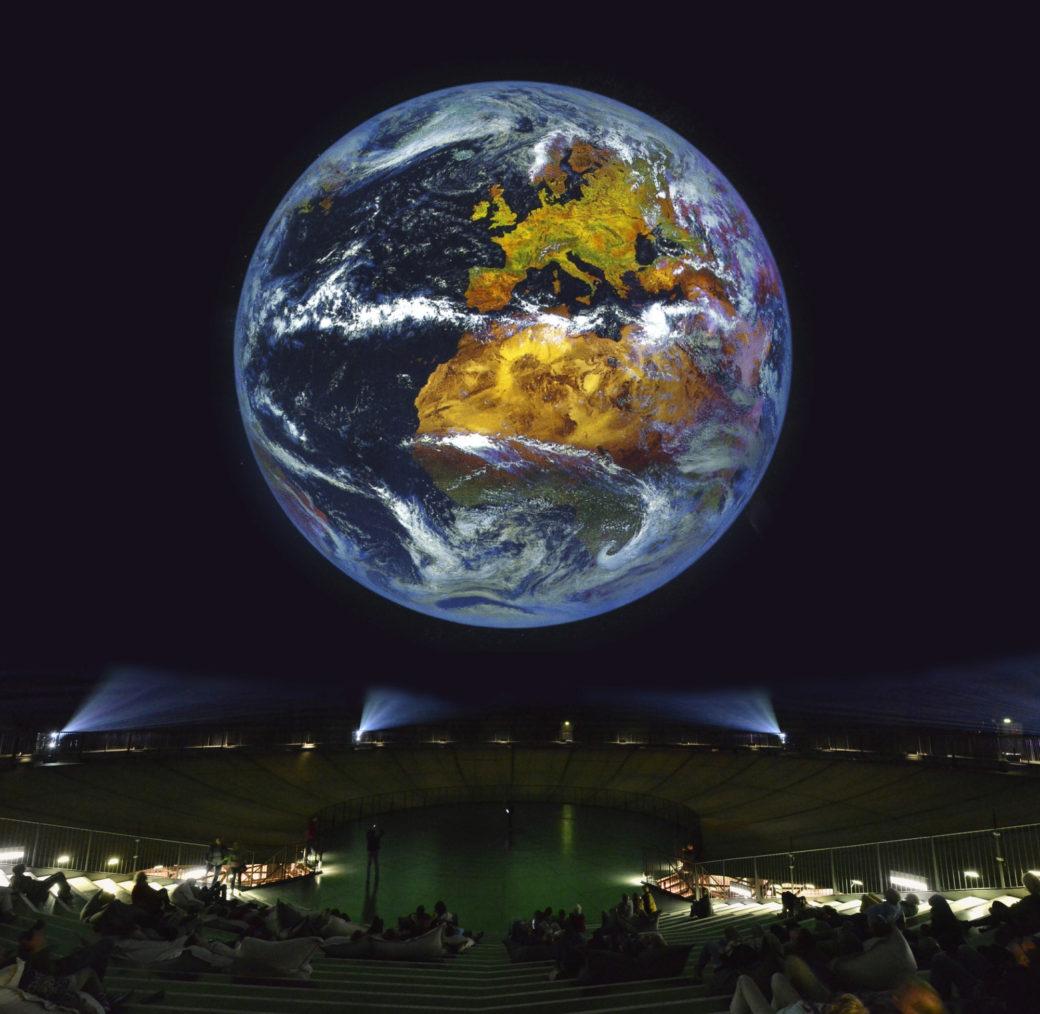 """Montage """"Wunder der Natur"""" im Gasometer Oberhausen unter Verwendung eines Fotos des Deutschen Zentrums für Luft- und Raumfahrt (DLR)"""